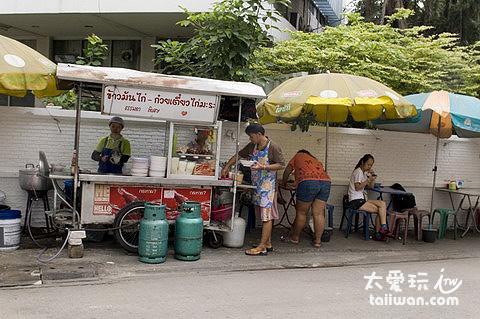 飯店斜對面就有便宜好吃的麵攤