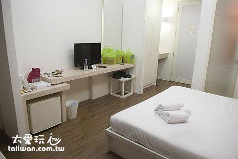 布達扣飯店房間簡單、乾淨又帶點設計感