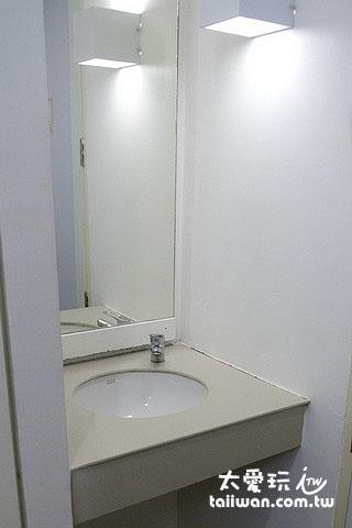 布達扣飯店房間洗手台在浴廁外