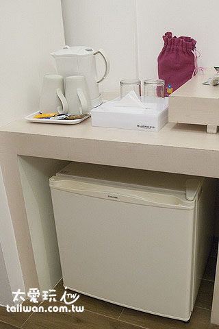 布達扣飯店房間小冰箱及泡茶工具