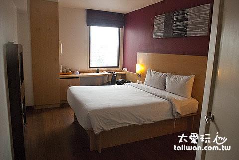 曼谷娜娜宜必思飯店房間不大,但是簡單、清潔