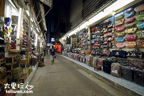 帕彭夜市有各種名牌商品,保證是假的!