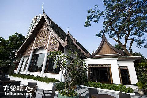 木造的Sala Rim Naam像是一間小型的泰國皇宮