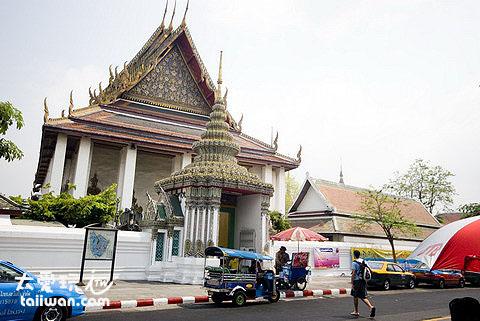 走出去巷口右前方就是臥佛寺