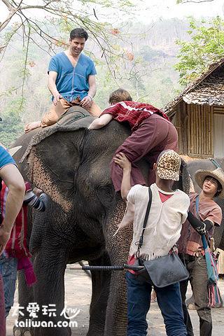 徒手爬上大象