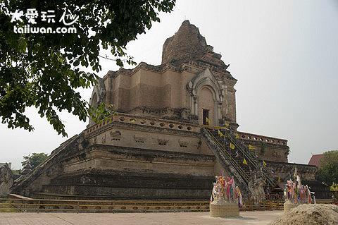 隆聖骨寺巨大的佛塔
