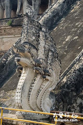 隆聖骨寺巨大佛塔的5頭蛇