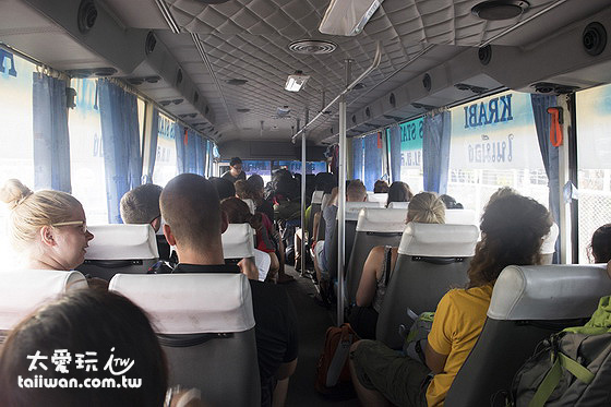 喀比機場巴士前往喀比鎮的價格是每人100泰銖,奧南海灘150泰銖