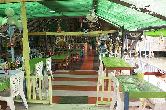 主街上的餐廳坐落在海上