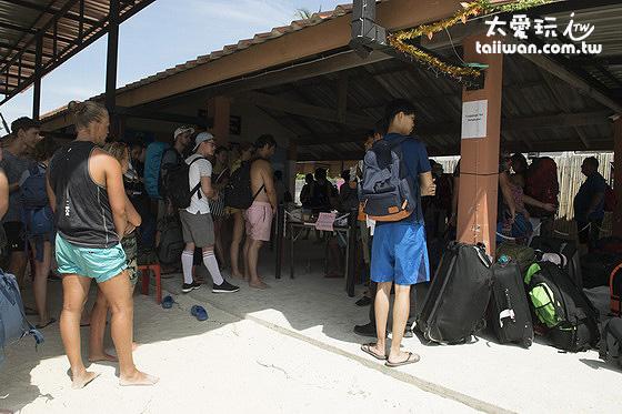 麗貝島Pattaya海灘中間的Bunga碼頭報到處