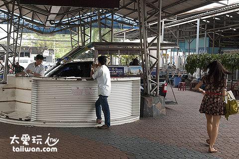 芭達雅巴士站等客的雙排車