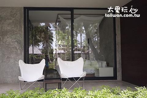 Costa Lanta戶外有兩張座椅可以讓你發呆