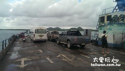 搭小巴從蘭塔島去喀比,中間要跟車一起搭船
