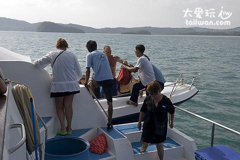 大船換搭快艇前往 Tup Island