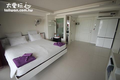 Mama Beach Residence房間內部寬敞簡單