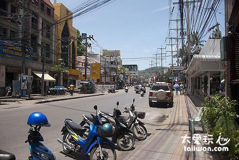 Ray-U-Thit Songroi Pi Road由北向南行