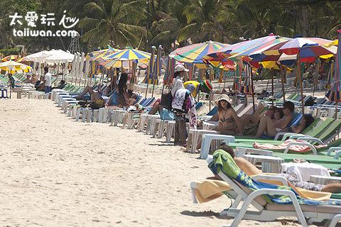 巴東海灘滿滿的躺椅