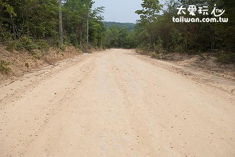 沙美島許多路段都是原始的泥土路