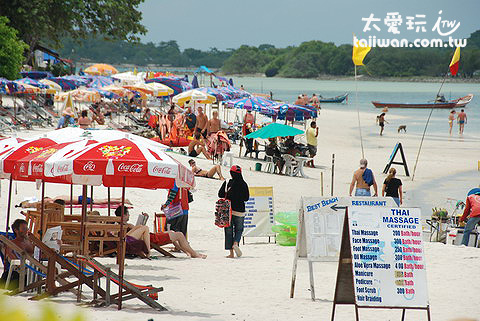 北段的查文海灘人潮眾多