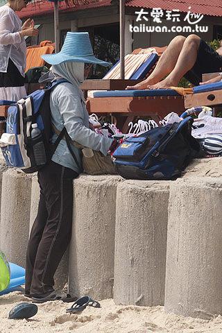 查文海灘販售紀念品的小販