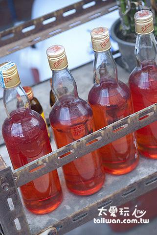 玻璃瓶裝的汽油一瓶約30~40 Baht