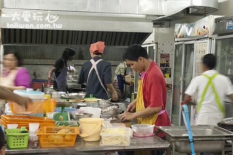 Ninja Crepes的廚房人手眾多,但是顧客更多