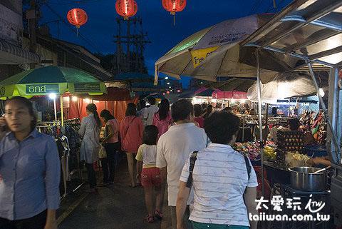 逛蘇叻他尼夜市以當地人居多