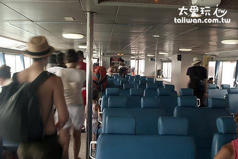 Seatran來往蘇美島與龜島間的船內部