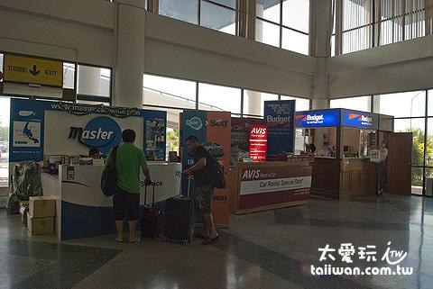 入境大廳的國內航線出口側也有兩三個常設的攤位在賣海陸聯票