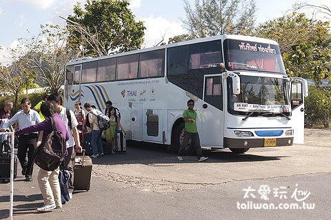蘇叻他尼機場到Don Sak碼頭的巴士是使用大巴