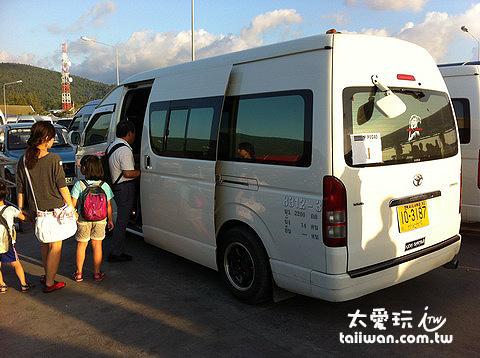 蘇美島Nathon碼頭搭小巴士前往飯店