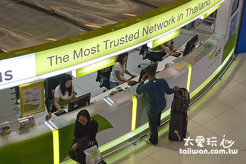 曼谷蘇汪納蓬國際機場入境大廳的AIS櫃檯也可以辦sim卡