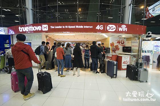 曼谷蘇汪納蓬國際機場入境大廳的Truemove H櫃檯辦sim卡