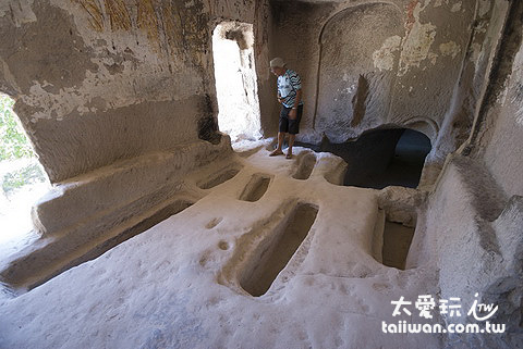教堂內地上還可以看到許多長條狀凹槽