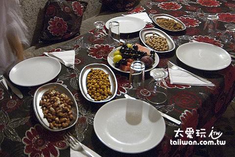 桌上有提供各種水果、乾果類