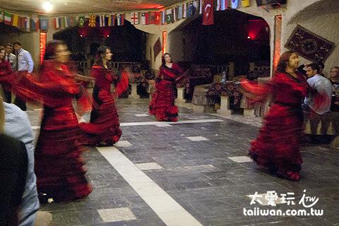 表演土耳其各地的舞蹈
